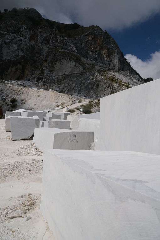 Carrara marble blocks. Blocks of white Carrara marble deposited in a square near the quarries. Stock photos. - MyVideoimage.com | Foto stock & Video footage