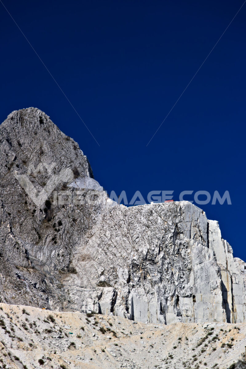 Carrara quarries. Apuan Alps, Carrara, Tuscany, Italy. March 28, 2019. A quarry of - MyVideoimage.com | Foto stock & Video footage