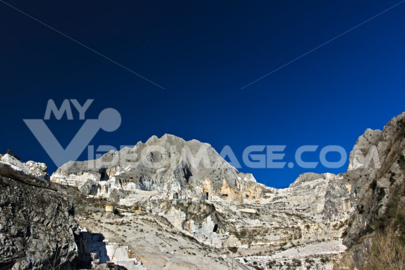 Carrara quarry. Apuan Alps, Carrara, Tuscany, Italy. March 28, 2019. A quarry of white marble - MyVideoimage.com | Foto stock & Video footage