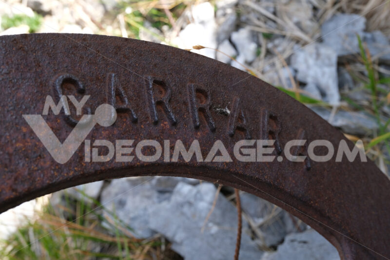 Carrara word. Old iron pulley used in marble quarries to cut stone. Stock photos. - MyVideoimage.com | Foto stock & Video footage