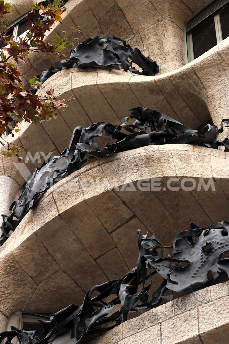Casa Milà called la Pedrera in Barcelona. Detail of the balconies and the hammered stone facade. Barcellona foto. Barcelona photo.