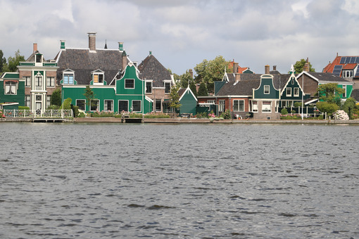 Case di campagna. Typical Dutch houses on the canal near Amsterdam. In the land of windmills there are many traditional houses along the river. - MyVideoimage.com | Foto stock & Video footage