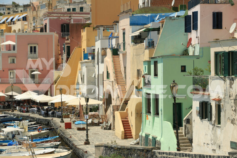 Case stile mediterraneo. Boats anchored in the port of Corricella on the Island of Procid - MyVideoimage.com | Foto stock & Video footage