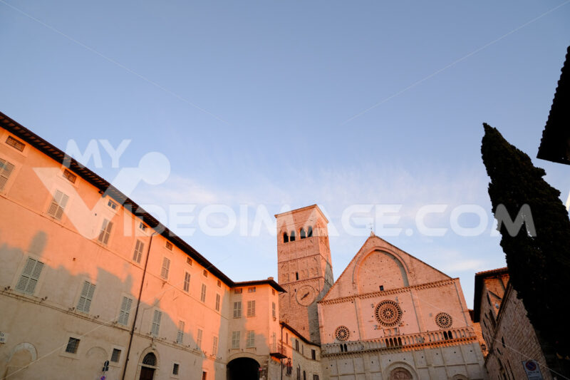 Cathedral of San Rufino in Assisi, facade made of stone with an ogival arch on the triangular tympanum. Photographed at sunset with rosy light. - LEphotoart.com