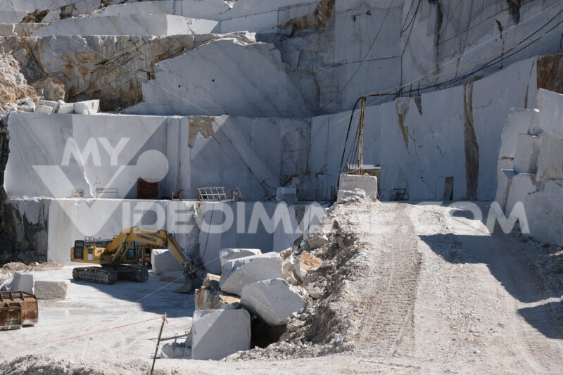 Cava con escavatore in Toscana. Crawler excavator in a marble quarry near Carrara. Foto stock royalty free. - MyVideoimage.com | Foto stock & Video footage