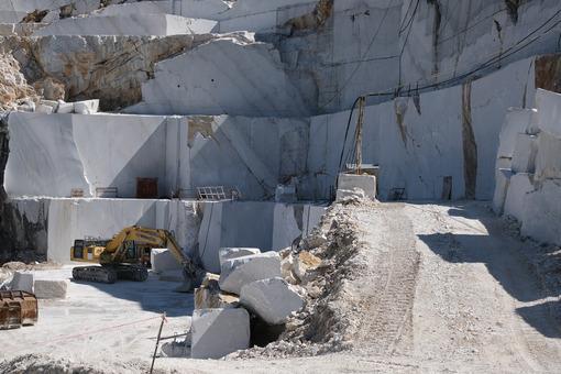Cava con escavatore in Toscana. Crawler excavator in a marble quarry near Carrara. Foto stock royalty free. - MyVideoimage.com | Foto stock & Video footage