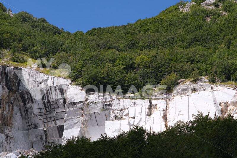 Cava di marmo, Alpi Apuane. White marble quarry on the Apuan Alps in Tuscany. Foto stock royalty free. - MyVideoimage.com | Foto stock & Video footage
