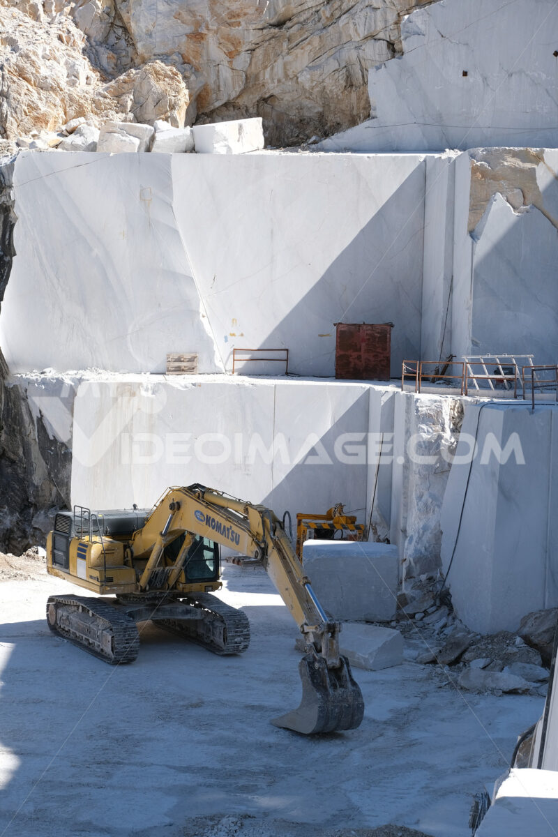 Cava di marmo con escavatore Komatsu. Crawler excavator in a marble quarry near Carrara. Foto stock royalty free. - MyVideoimage.com | Foto stock & Video footage