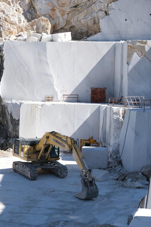 Cava di marmo con escavatore Komatsu. Crawler excavator in a marble quarry near Carrara. Foto stock royalty free. - MyVideoimage.com | Foto stock & Video footage