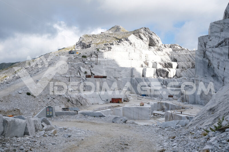 Cava di marmo delle Apuane. White marble quarries on the Apuan Alps in Tuscany. Foto stock royalty free. - MyVideoimage.com | Foto stock & Video footage