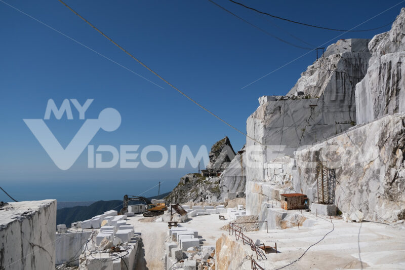 Cava di marmo. Large white marble quarry with blue sky background. - MyVideoimage.com | Foto stock & Video footage
