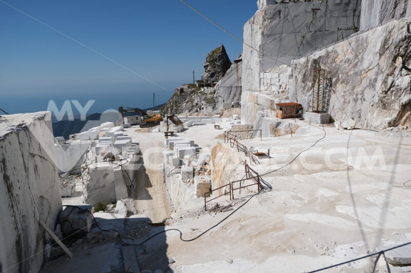Cava. Large white marble quarry with blue sky background. - MyVideoimage.com | Foto stock & Video footage