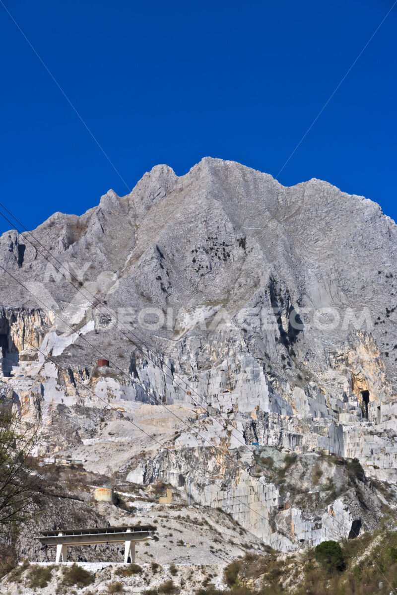 Cave Apuane. Apuan Alps, Carrara, Tuscany, Italy. March 28, 2019. A quarry of white marble - MyVideoimage.com | Foto stock & Video footage
