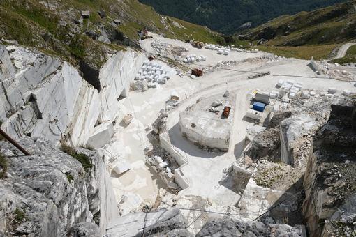 Cave di marmo Versilia. White marble quarries on Monte Corchia. Foto stock royalty free. - MyVideoimage.com | Foto stock & Video footage