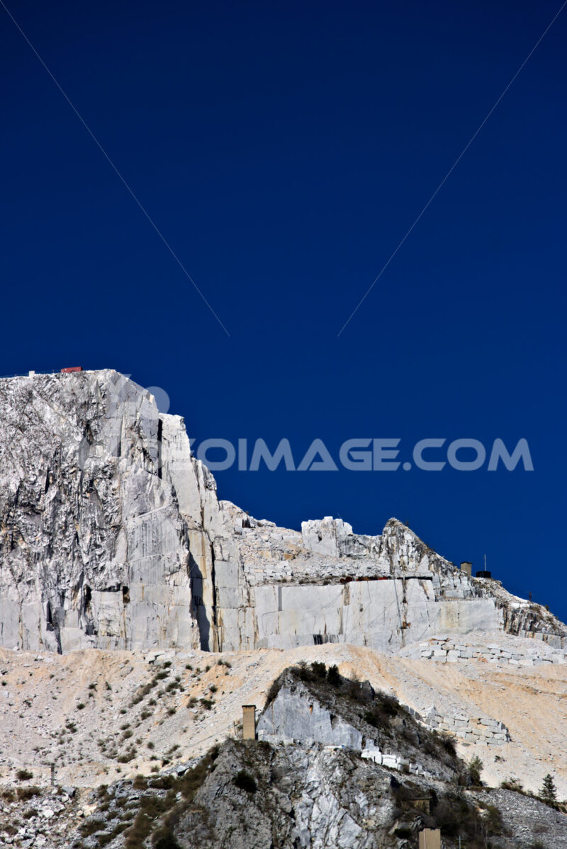 Cave di marmo bianco. Apuan Alps, Carrara, Tuscany, Italy. March 28, 2019. A quarry of - MyVideoimage.com | Foto stock & Video footage