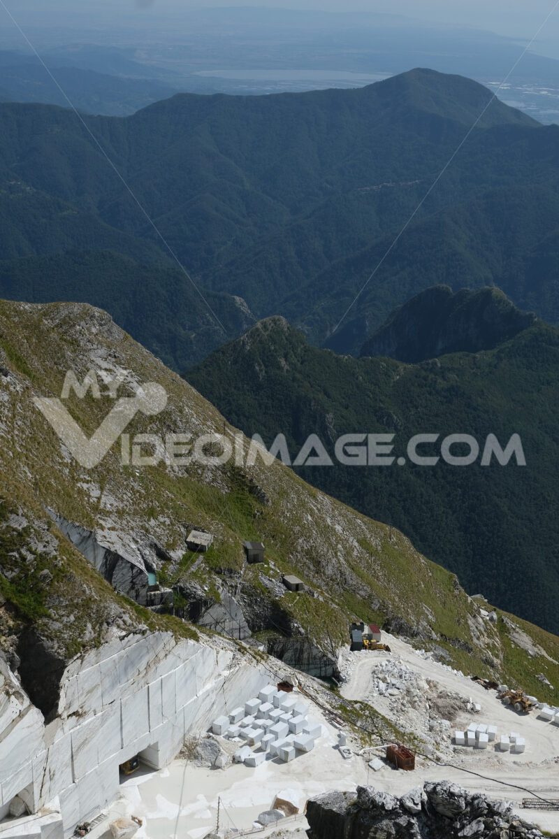 Cave di marmo bianco. White marble quarries on Monte Corchia. Foto stock royalty free. - MyVideoimage.com | Foto stock & Video footage