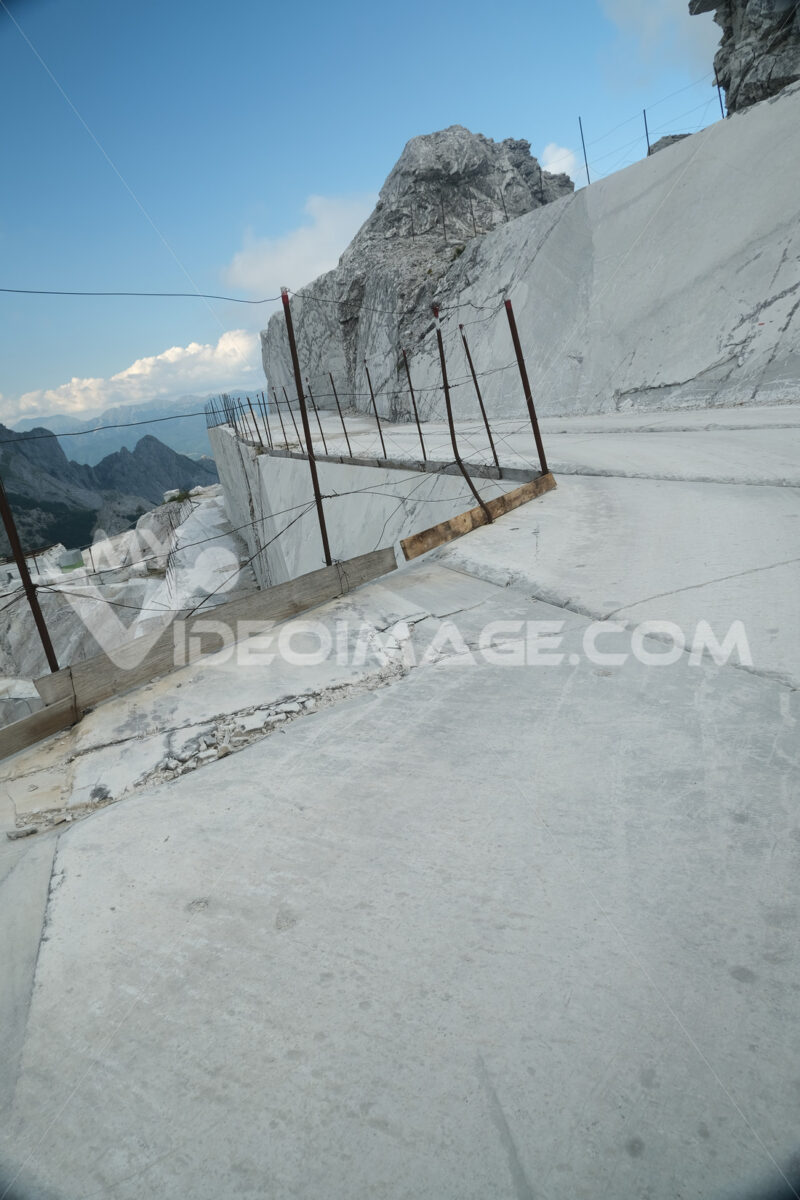 Cave di marmo. White marble quarries on the Apuan Alps in Tuscany. Foto stock royalty free. - MyVideoimage.com | Foto stock & Video footage
