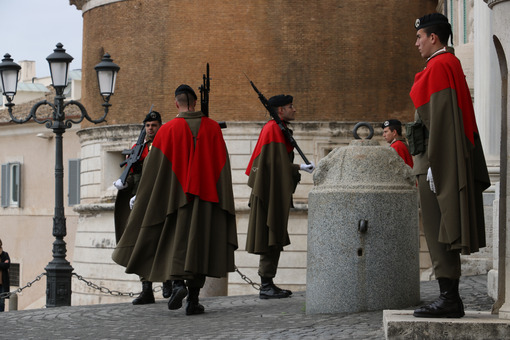 Changing of the guard at the Quirinale palace in Rome. Soldiers in uniform with weapons. Roma foto. - LEphotoart.com