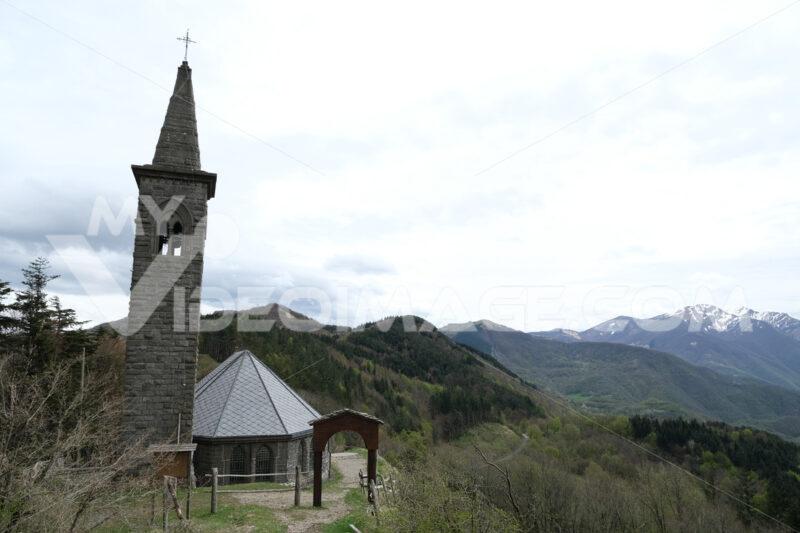 Chiesa della Cisa, sulla via Francigena. Path of the Via Francigena with church at the Cisa Pass. Foto stock royalty free. - MyVideoimage.com   Foto stock & Video footage
