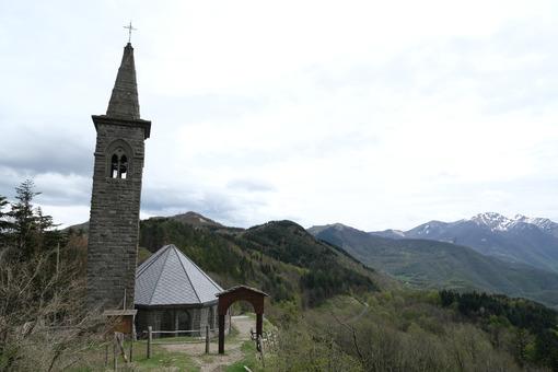 Chiesa della Cisa, sulla via Francigena. Path of the Via Francigena with church at the Cisa Pass. Foto stock royalty free. - MyVideoimage.com | Foto stock & Video footage