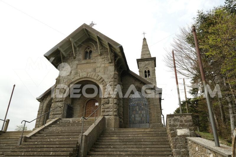 Chiesa della Cisa. Church at the Cisa Pass near Via Francigena. Foto stock royalty free. - MyVideoimage.com | Foto stock & Video footage