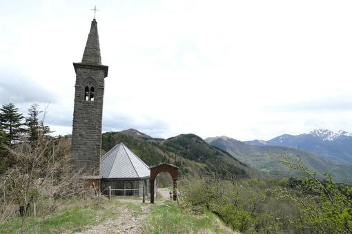 Chiesa passo Cisa con Via Francigena. Path of the Via Francigena with church at the Cisa Pass. Foto stock royalty free. - MyVideoimage.com | Foto stock & Video footage