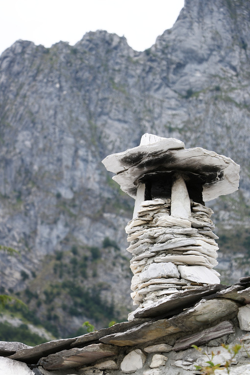 Chimney and roof completely in stone and marble. Garfagnana, Campocatino, Apuan Alps, Lucca, Tuscany. Italy. Toscana foto - LEphotoart.com