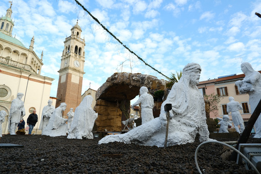 Christmas nativity scene with life-size statues in white chalk. Sanctuary Church of Santa Maria di Piazza in Busto Arsizio. Foto Busto Arsizio photo