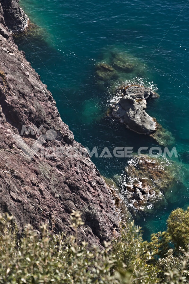 Cinque Terre, lIguria, Italy. Rocks overlooking the blue sea. Foto mare.