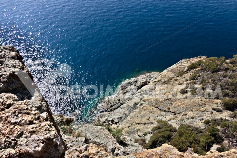 Cinque Terre, lIguria, Italy. Rocks overlooking the blue sea. Foto sfondo mare. - MyVideoimage.com
