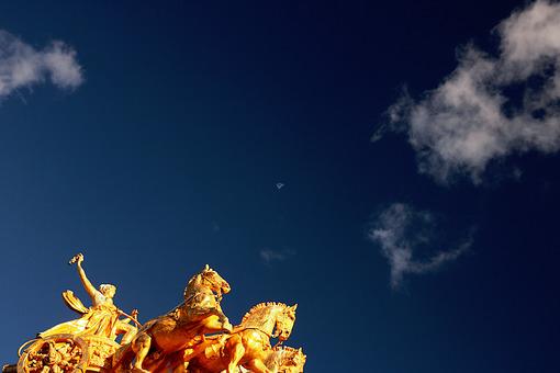 Ciutadella Park. The 4 golden horses - MyVideoimage.com