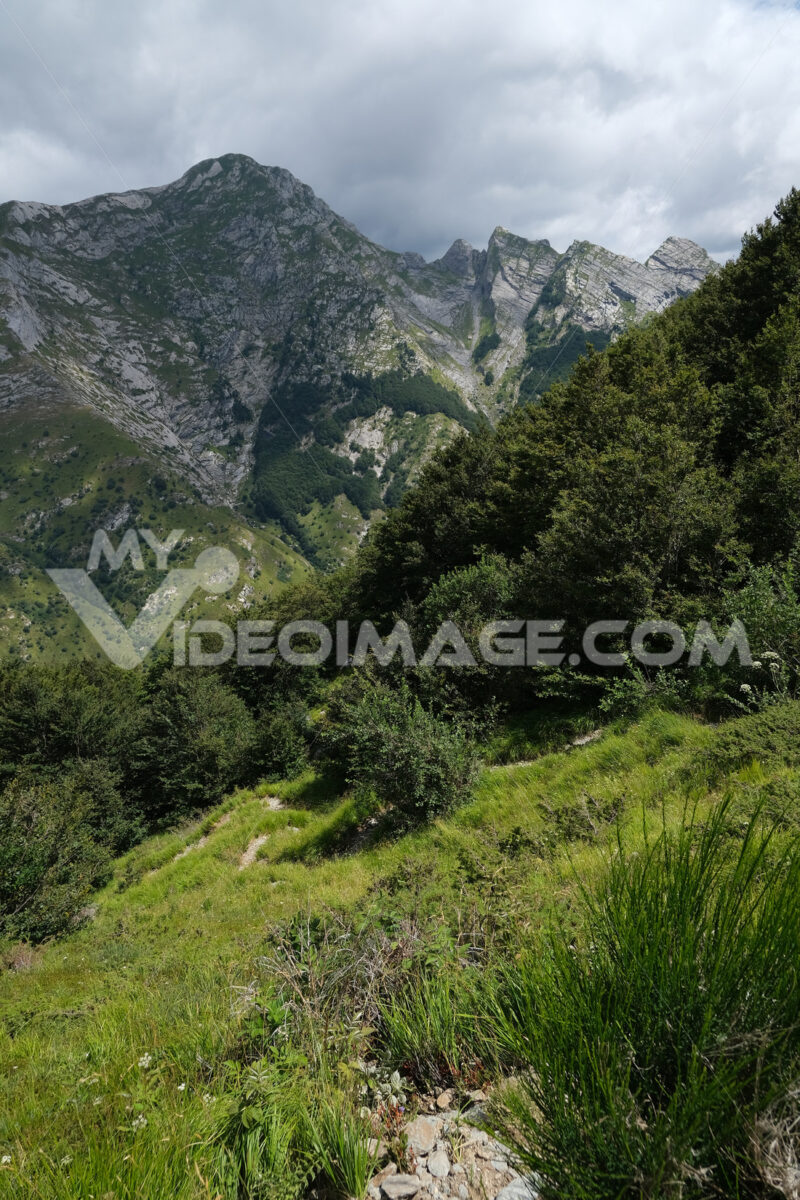 Clouds over the mountain. Clouds on top of a mountain in the Apuan Alps in Tuscany. Stock photos. - MyVideoimage.com   Foto stock & Video footage