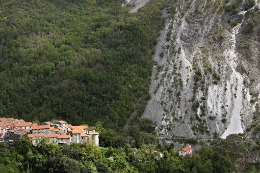 Colonnata Apuane. Toscana. View of the village of Colonnata, where the famous lard is produced. On the right a cascade of marble debris. Northern Tuscany near Carrara. - MyVideoimage.com | Foto stock & Video footage