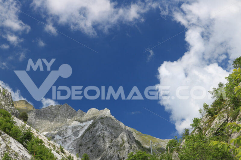 Colonnata quarries.  White Carrara marble quarry in the Apuan Alps. A mountain peak n - MyVideoimage.com | Foto stock & Video footage