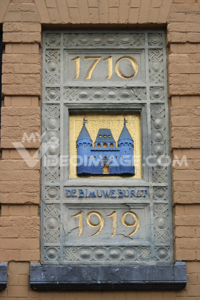 Commemorative plate on the facade of a building in Amsterdam. - MyVideoimage.com