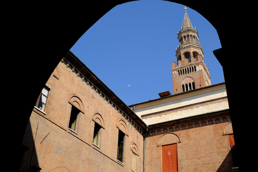 Comune di Cremona. Gothic mansion built in brick. Foto stock royalty free. - MyVideoimage.com | Foto stock & Video footage