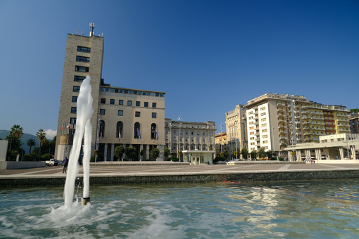 Comune di La Spezia. Town Hall of La Spezia and fountain. Foto stock royalty free. - MyVideoimage.com | Foto stock & Video footage
