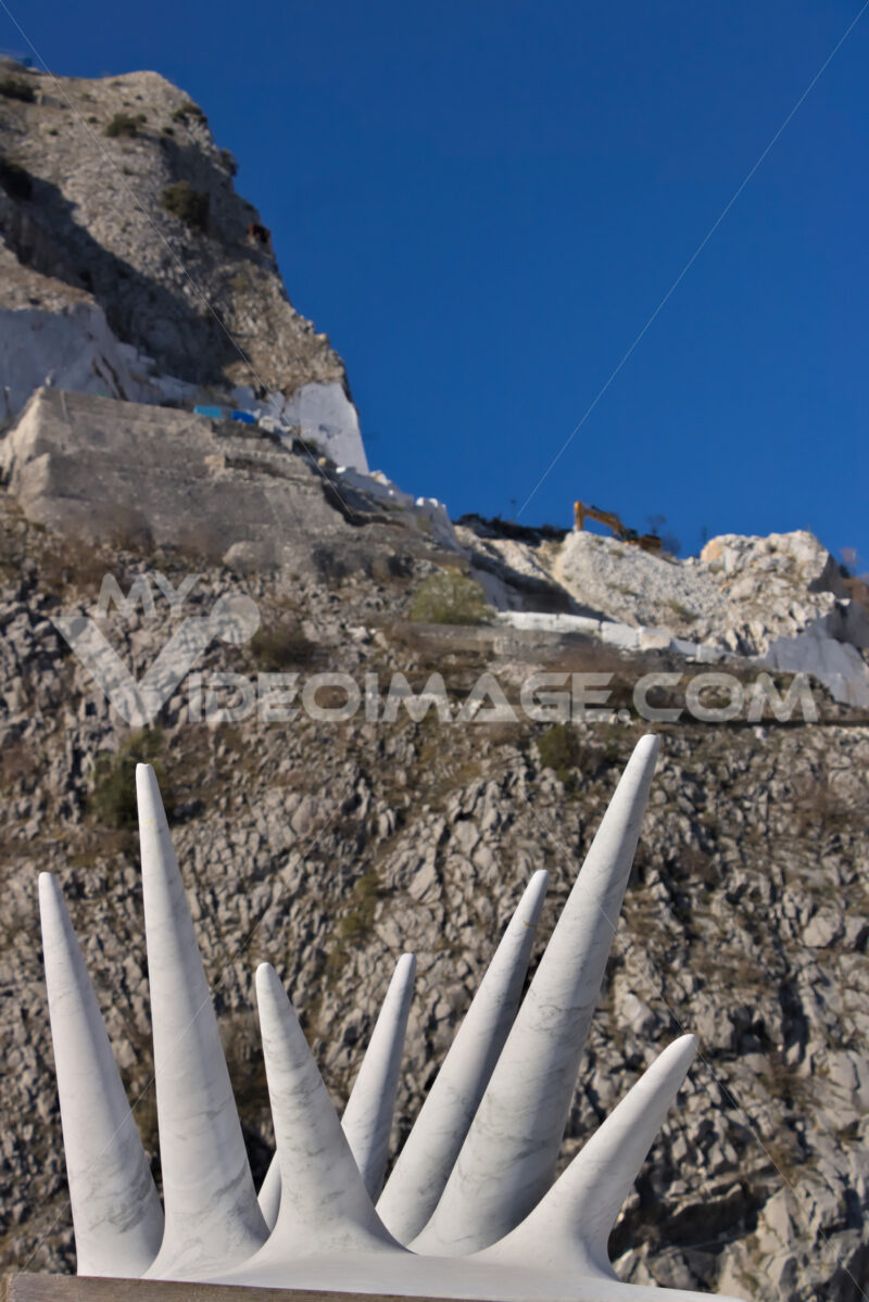 Contemporary sculpture. Apuan Alps, Carrara, Tuscany, Italy. March 28, 2019. Modern sculpture in white marble. - MyVideoimage.com | Foto stock & Video footage