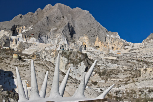 Contemporary sculpture. Carrara quarries. Apuan Alps, Carrara, Tuscany, Italy. March 28, 2019. Modern sculpture in white marble. Cave di marmo. - MyVideoimage.com | Foto stock & Video footage