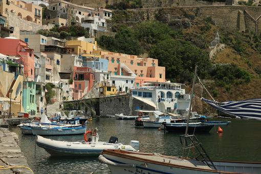 Corricella Procida. Boats anchored in the port of Corricella on the Island of Procid - MyVideoimage.com | Foto stock & Video footage