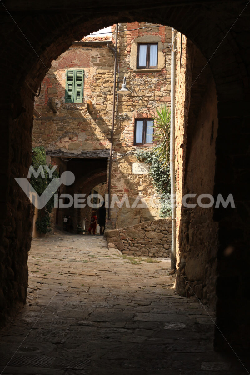Courtyard and streets covered with vaults in the village of Pere - MyVideoimage.com | Foto stock & Video footage