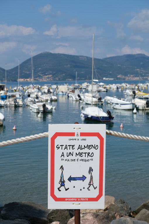 Covid 19 period, warning signs with the sea in the background. - MyVideoimage.com | Foto stock & Video footage