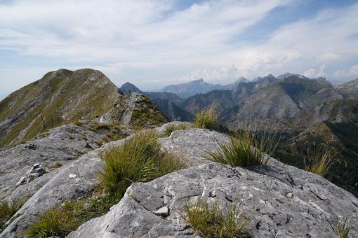 Crinale Alpi Apuane.Mountain ridge. Mountain ridge in Alta Versilia, Monte Corchia. Foto stock royalty free. - MyVideoimage.com | Foto stock & Video footage