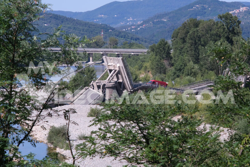 Crollo ponte. Collapsed bridge on the river bed in Albiano Magra. Foto stock royalty free. - MyVideoimage.com | Foto stock & Video footage