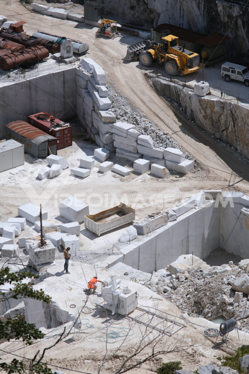 Dangers at work in a marble quarry. Marble quarry in the Apuan Alps in Tuscany. Stock photos. - MyVideoimage.com   Foto stock & Video footage