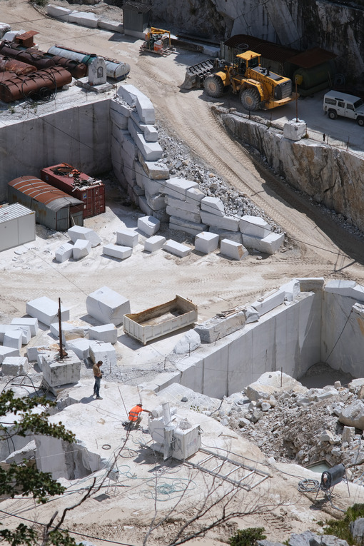 Dangers at work in a marble quarry. Marble quarry in the Apuan Alps in Tuscany. Stock photos. - MyVideoimage.com | Foto stock & Video footage