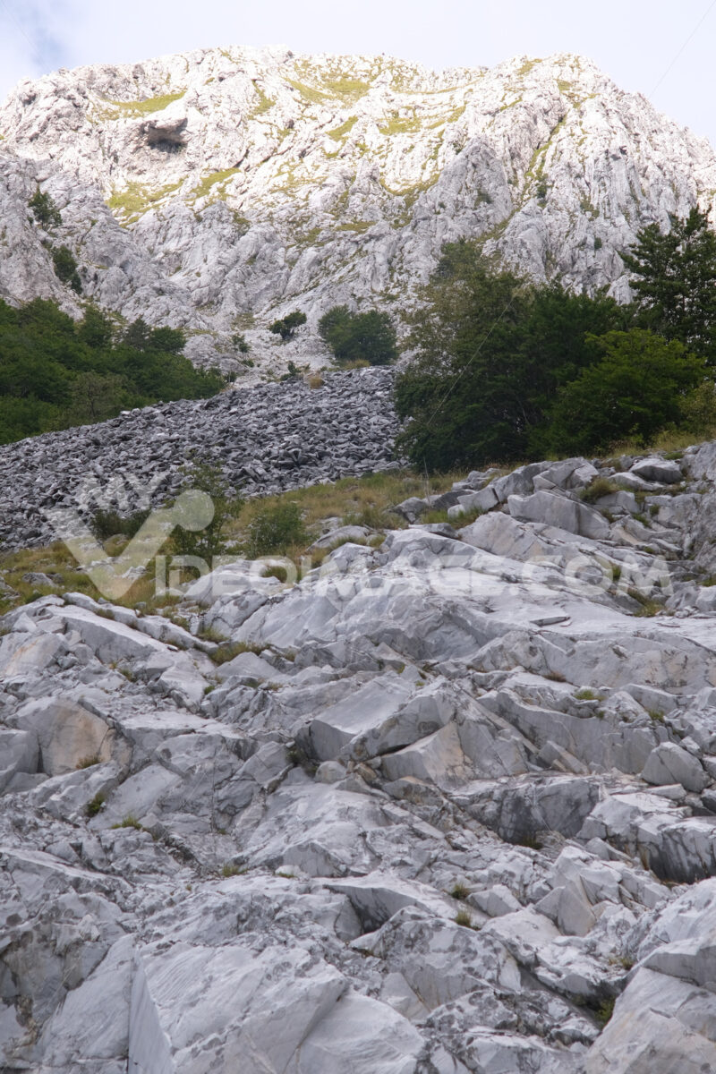 Debris on the mountain. Marble debris on the mountains of the Apuan Alps in Tuscany. Stock photos. - MyVideoimage.com   Foto stock & Video footage