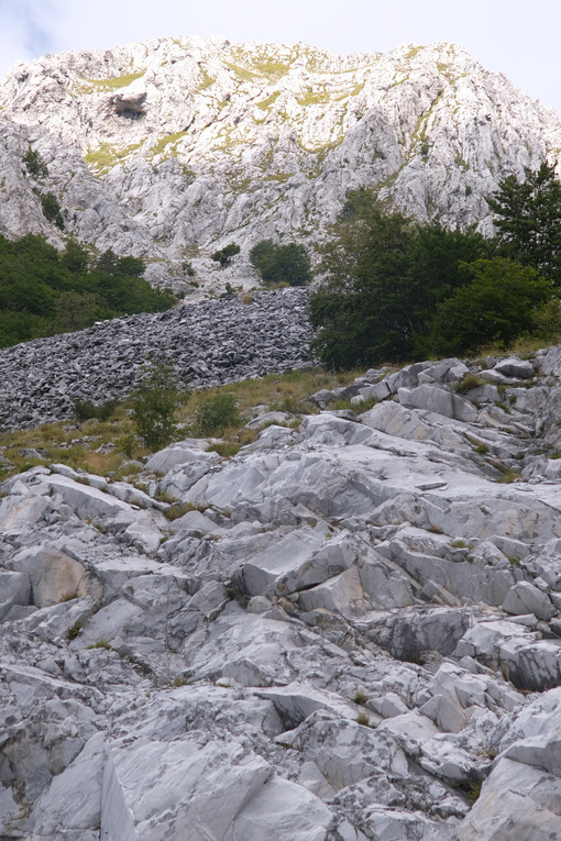 Debris on the mountain. Marble debris on the mountains of the Apuan Alps in Tuscany. Stock photos. - MyVideoimage.com | Foto stock & Video footage