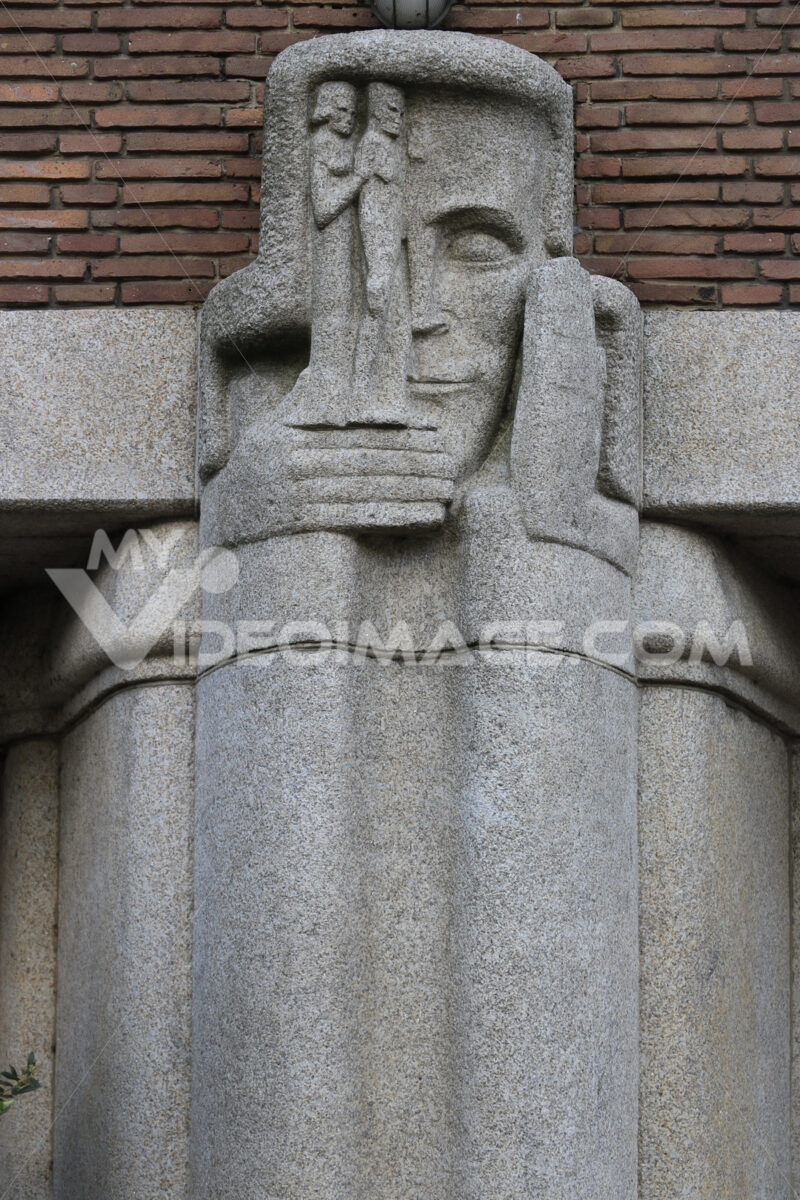 Decoration depicting a man's face carved on a gray stone column - MyVideoimage.com   Foto stock & Video footage