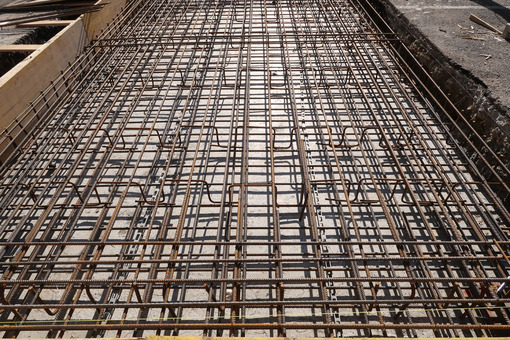 Dense texture of steel rods of a reinforced concrete foundation. Construction site. Cantieri edili. - LEphotoart.com